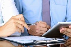 Коллеги дела работая совместно и анализируя финансовую смокву Стоковая Фотография
