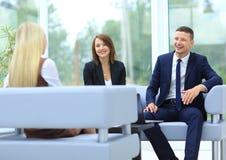 Коллеги дела сидя на таблице во время встречи с Стоковое Изображение RF