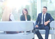 Коллеги дела сидя на таблице во время встречи с Стоковые Фотографии RF