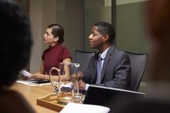 Коллеги дела слушая на встрече зала заседаний правления, конце вверх Стоковые Фотографии RF