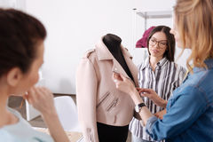 3 коллеги заканчивать новая куртка Стоковые Изображения