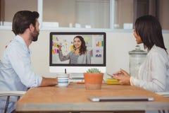 2 коллеги имея видеоконференцию Стоковые Фото