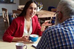 2 коллеги имея перерыв на чашку кофе Стоковое Фото