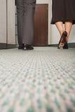 2 коллеги идя вдоль коридора Стоковое Изображение RF