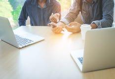 Коллеги команды 2 дела обсуждая новые финансовые данные плана Стоковая Фотография RF