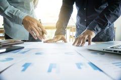 Коллеги команды 2 дела обсуждая работающ с много docume Стоковое Изображение RF