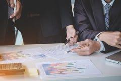 Коллеги команды дела обсуждая dat диаграммы нового плана финансовое Стоковое Фото