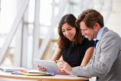 2 коллеги корпоративного бизнеса работая совместно в офисе Стоковое Изображение