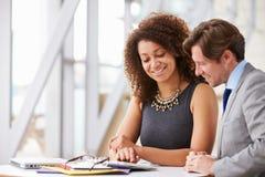 2 коллеги корпоративного бизнеса работая совместно в офисе стоковое фото