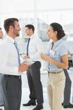 Коллеги на встреча с чашками чая во время пролома Стоковое Фото