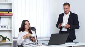 Коллеги на кофе и говорить работы выпивая видеоматериал
