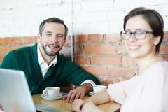 Коллеги на перерыве на чашку кофе Стоковая Фотография RF