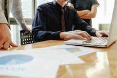 3 коллеги обсуждая данные с новым современным компьютером l Стоковое Фото