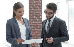 Коллеги обсуждая деловые документы Стоковое Фото