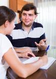 Коллеги обсуждая контракт деятельности Стоковое Изображение