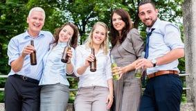 Коллеги офиса выпивая пиво после работы Стоковые Фото