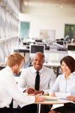 3 коллеги офиса в вскользь встрече команды Стоковое Изображение