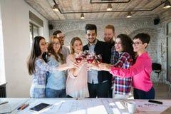 Коллеги офиса празднуя достижение целей компании Стоковые Изображения