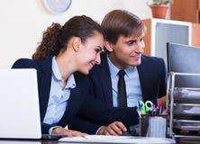 Коллеги офиса успешно работая совместно Стоковое Изображение
