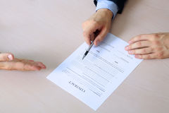 2 коллеги подписывают контракт, деловую встречу в офисе Стоковое фото RF