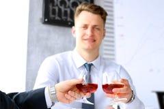 2 коллеги празднуют подписание контракта с вискиом Стоковое Фото