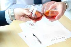 2 коллеги празднуют подписание контракта с вискиом Стоковая Фотография