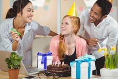 Коллеги празднуя день рождения Стоковые Фотографии RF