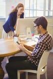 2 коллеги работая в таком же офисе Стоковое фото RF