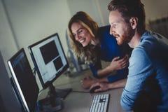 Коллеги работая совместно в офисе компании Стоковые Изображения RF
