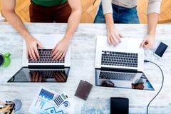 Коллеги работая совместно в офисе Стоковое фото RF