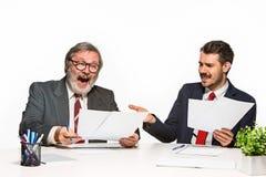 2 коллеги работая совместно на офисе на белой предпосылке Стоковые Фотографии RF