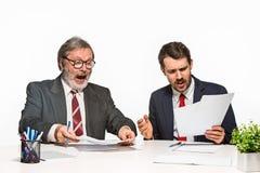2 коллеги работая совместно на офисе на белой предпосылке Стоковые Изображения RF