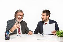 2 коллеги работая совместно на офисе на белой предпосылке Стоковая Фотография