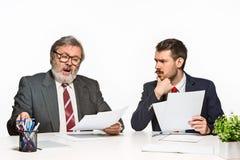 2 коллеги работая совместно на офисе на белой предпосылке Стоковое фото RF