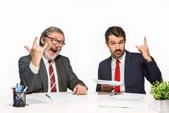 2 коллеги работая совместно на офисе на белой предпосылке Стоковая Фотография RF