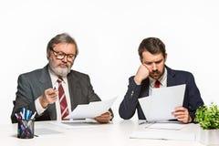 2 коллеги работая совместно на офисе на белой предпосылке Стоковое Фото