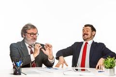 2 коллеги работая совместно на офисе на белой предпосылке Стоковое Изображение RF