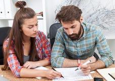 2 коллеги работая совместно на офисе Стоковое Изображение