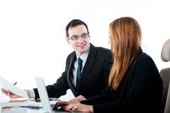 2 коллеги работая совместно на портативном компьютере Стоковое Изображение
