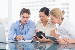 Коллеги работая совместно на столе Стоковое Изображение RF