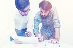 2 коллеги работая совместно на тонизированном офисе, Стоковая Фотография