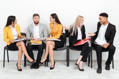 Коллеги сидя в офисе говоря друг с другом Стоковое Фото