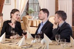 3 коллеги сидя в ресторане Стоковое Изображение RF