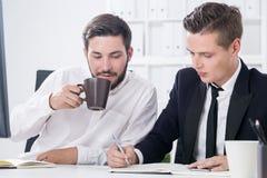 2 коллеги с кофе в офисе Стоковая Фотография RF