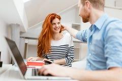 Коллеги flirting в офисе Стоковая Фотография RF