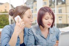 Коллеж 2 женщин работая на портативном компьютере Стоковое Изображение RF