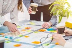 Коллективно обсуждать бизнесменов идей проекта бредовой мысли Стоковые Фотографии RF