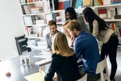 Коллективно обсуждать группой людей Стоковая Фотография RF