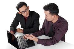 Коллективно обсуждать деловых партнеров стоковая фотография rf
