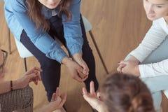 Коллективно обсуждать молодых женщин Стоковые Изображения